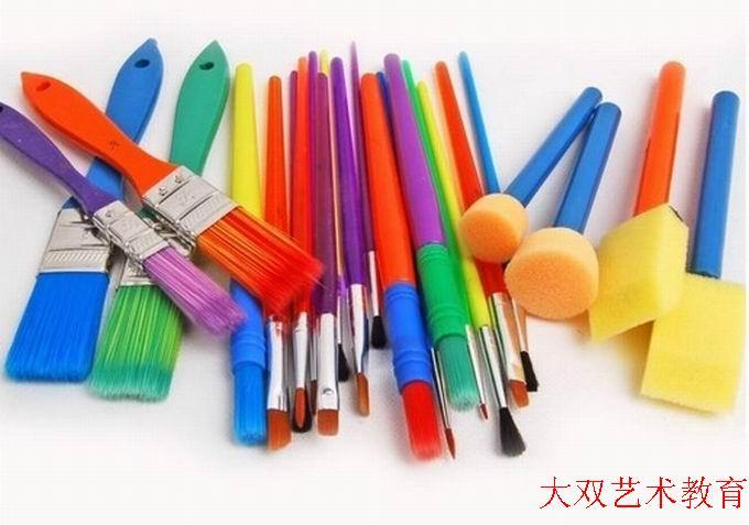 用粗的毛笔绘画,彩色显得很新鲜;用彩色油画棒画,色彩鲜艳,线条清晰